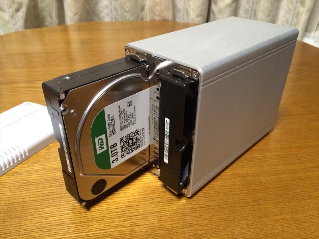 HDDケースにドライブを差し込み